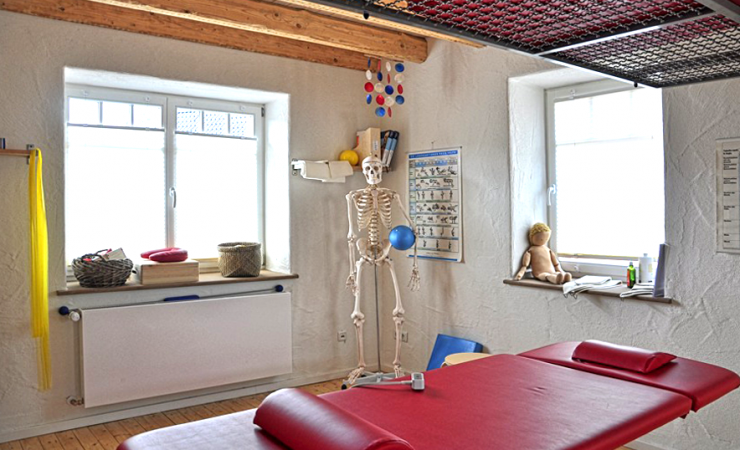 monika-keutgen-osteopathie-physiotherapie-vojta-praxis-behandlungsraum-behandlungsliege-skelett